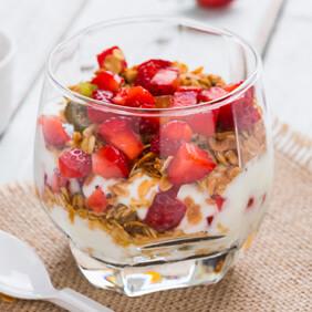 Parfait de frutas vermelhas com iogurte e aveia