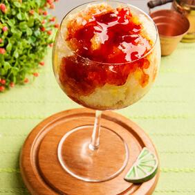 Sorbet de limão siciliano com calda de frutas vermelhas